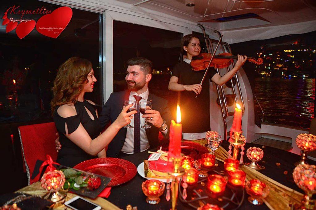 lazer gösterisi ile yatta evlilik teklifi - kemanla evlilik teklifi - sürpriz evlilik teklifi organizasyonları - kıymetlim organizasyon